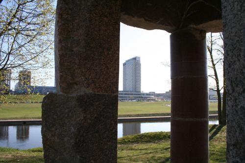 Brzeg Wilii...spoza fragmentu rzeźby Mindaugasa Navakasa /Skirtingu formu sąskambis/ czyli /Współbrzmienie rożnych form/ nazywana tez /Piętrowy/. #Wilno