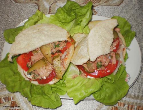 Tuńczyk który udaje hamburgera ... Przepisy do zdjęć zawartych w albumie można odszukać na forum GarKulinar . Tu jest link http://garkulinar.jun.pl/index.php Zapraszam. #tuńczyk #kanapka #jedzenie #obiad #kulinaria #przepisy