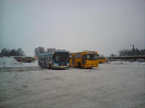 9 i 60 w śnieżnej scenerii zajezdni.Daleko w tle MIG 23 i chyba 68 #DAB #Jelcz #MZK #Tomaszów