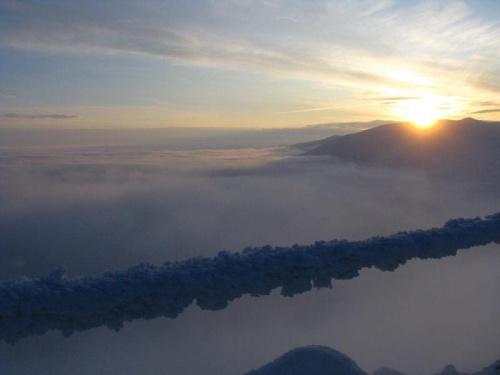 Wschód słońca nad Śnieżnymi Kotłami_widok od Szrenicy_2 #Karkonosze #góry #zima #śnieg #Szrenica #ŚnieżneKotły #WschódSłońca