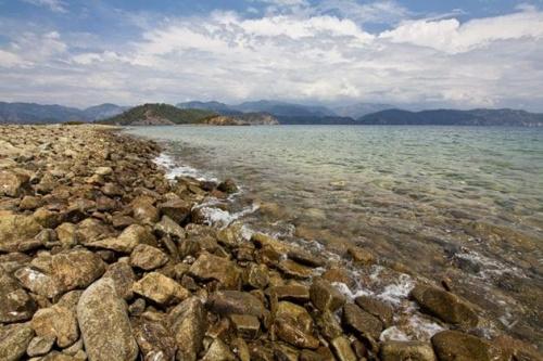 Turcja. Zdjęcie zrobione na jednej z dzikich plaż odwiedzonych podczas całodniowego rejsu po 12 tureckich wyspach. Niesamowite jest to, że w Turcji każda plaża jest inna, ale każda równie piękna. Woda może mieć wszelkie odcienie niebieskości i zieleni,...