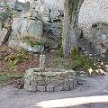 Studnia na dziedzińcu ruin zamku Bolczów w Rudawach Janowickich. Pierwsze wzmianki o nim pochodzą z 1375 r. Zbudowany z okolicznych skał granitowych. #JanowiceWielkie #Bolczów #zamek #ruiny