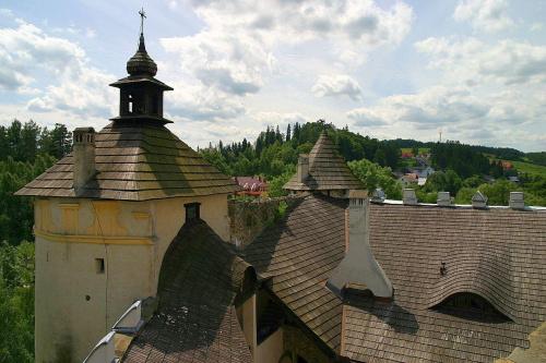 Zamek w Niedzicy. Zamek dolny powstał (XV-XVII) na dawnym przedzamczu zamku gotyckiego Posiada 3 baszty i basteje: narożną , kapliczną oraz bramną. #zamek #Niedzica