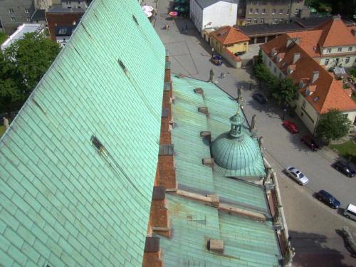 Gniezno widoki z Katedry i nalotu lotniczego - układ ulic starego Gniezna zaznaczony wtopioną cegłą w układ dzisiejszych ulic. Tumska Rynek oraz widok Targowiska