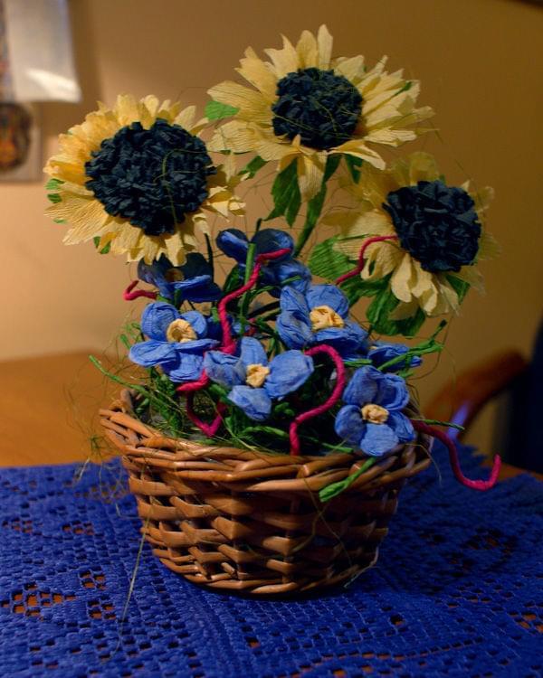 Słoneczniki i Niezapominajki #bibuła #dekoracje #hobby #KompozycjeKwiatowe #krepina #KwiatyZBibuły #MojePrace #pomysły #RobótkiRęczne