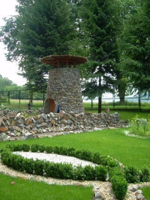 Ciekawą budowlą w ogrodzie biblijnym jest wieża strażnicza zbudowana z kamieni i zwieńczona dachem z trzciny . Ta wysoka budowla stawiana była w winnicy , aby z jej szczytu obserwować winnicę i chronić ją przed zniszczeniem lub kradzieżą , a w podziemi...