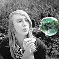 bo świat może być kolorowy... #czarne #białe #dziewczyna #kobieta #piękno #portret #romantyczne #świat #prawda #bańki